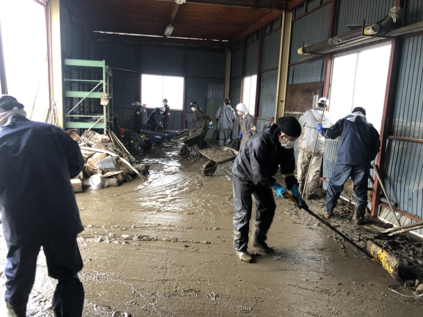 工場内の洗浄作業